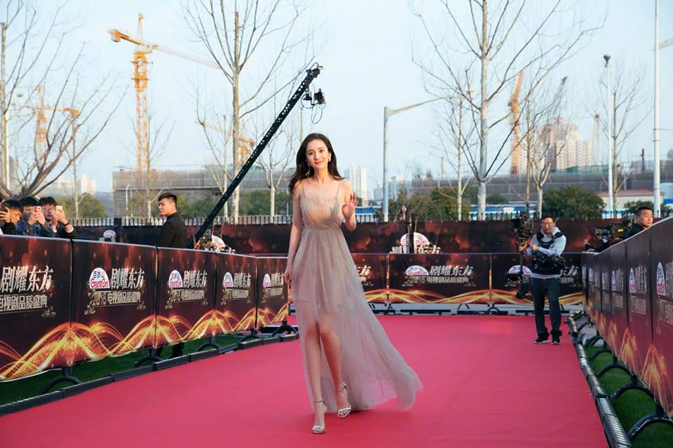 Thảm đỏ hot nhất Cbiz hôm nay: Dương Mịch đè bẹp dàn mỹ nhân, bạn gái Luhan hot vì... thời trang khó hiểu - Ảnh 5.