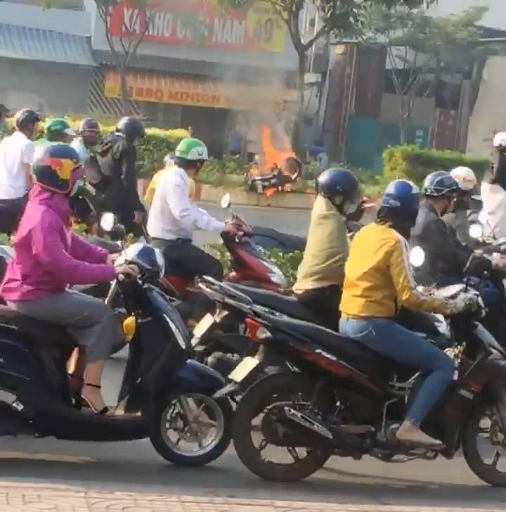 Nam thanh niên thoát khỏi xe máy bốc cháy dữ dội trên đại lộ Phạm Văn Đồng - Ảnh 1.