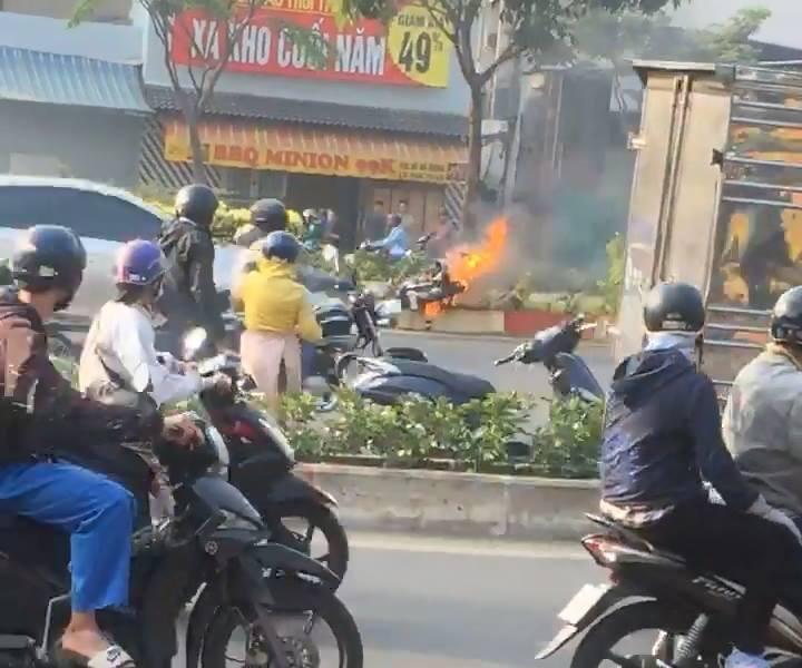 Nam thanh niên thoát khỏi xe máy bốc cháy dữ dội trên đại lộ Phạm Văn Đồng - Ảnh 2.
