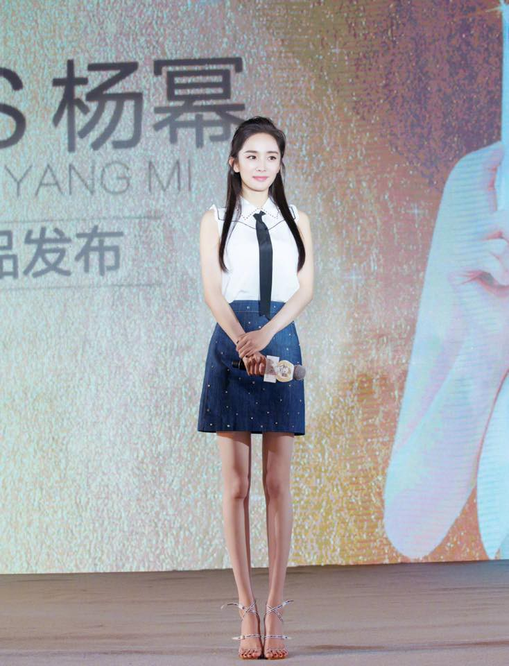 'Mẹ bỉm sữa' Dương Mịch bất ngờ hóa thiếu nữ đôi mươi, khoe chân dài tít tắp tại sự kiện