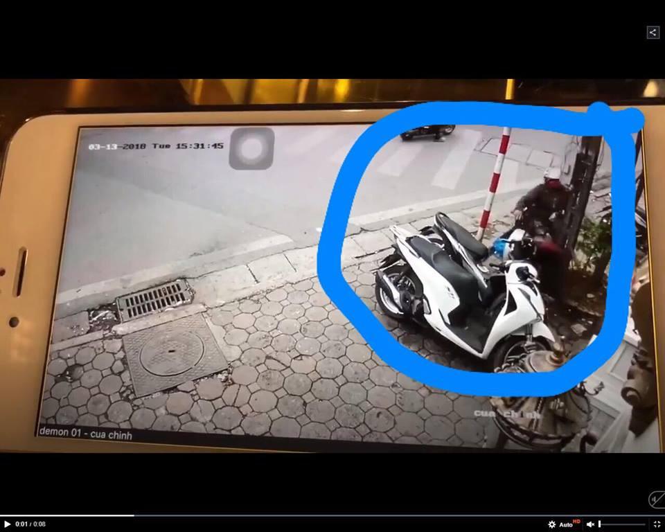 Clip: Xe máy bỗng dưng kẹt ga khiến bác trung niên tự lao thẳng vào cột điện trên vỉa hè - Ảnh 2.