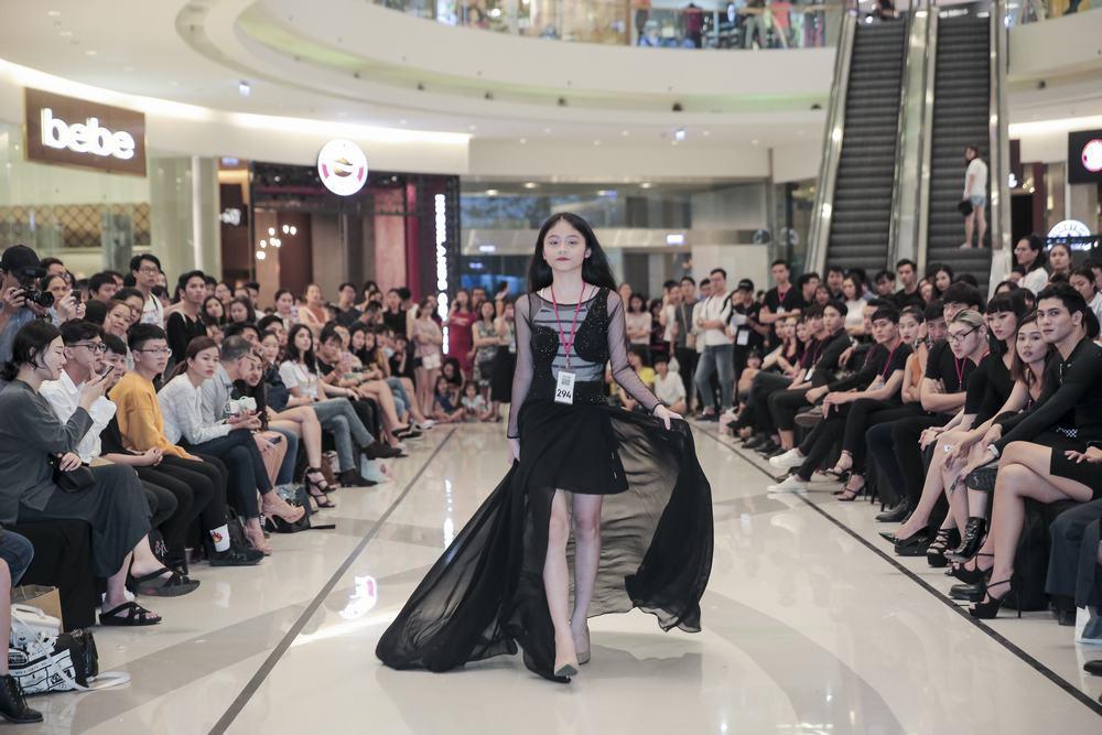 Mẫu 13 tuổi catwalk ấn tượng gây sốt, xuất hiện thí sinh giống Hoàng Thùy tại buổi casting VIFW Xuân/Hè 2018 - Ảnh 2.