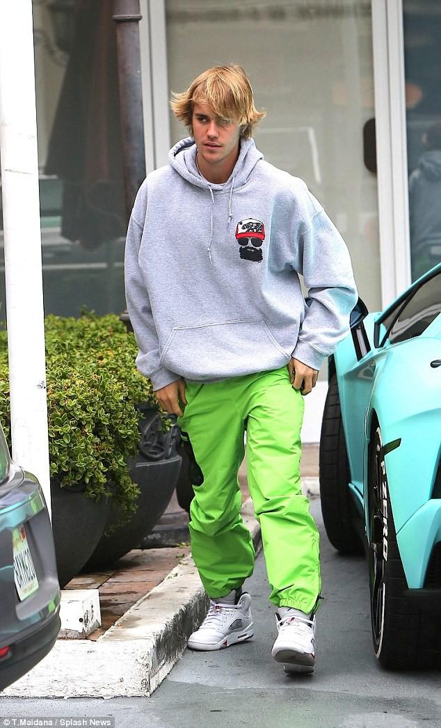 Chia tay Selena Gomez, Justin Bieber ôm mặt rầu rĩ nhưng vẫn mặc quần tụt lộ cả mông - Ảnh 4.