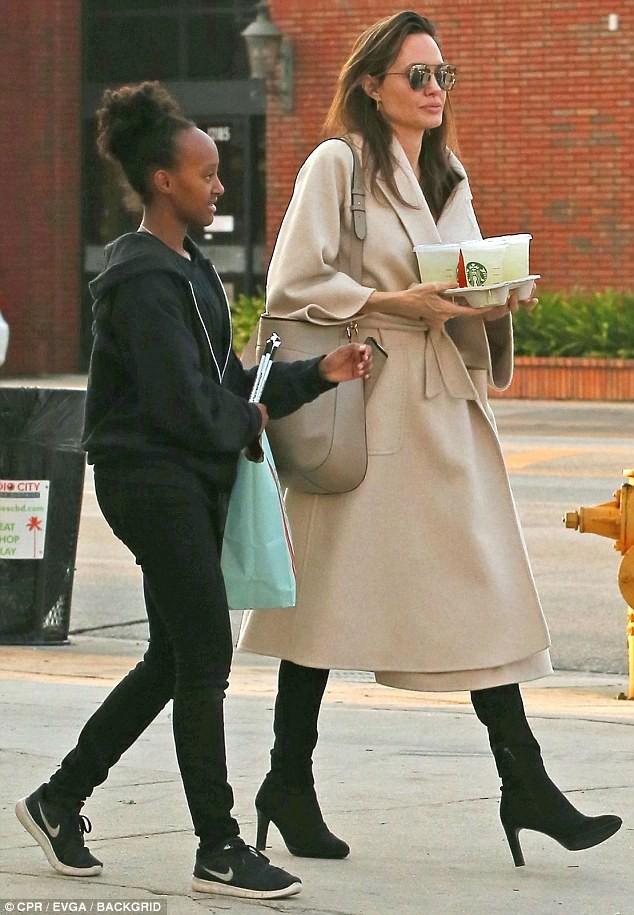 Dù là ngôi sao hàng đầu hollywood nhưng mẹ con Angelina Jolie vẫn giản dị trên phố và tự sách đồ khi mua sắm