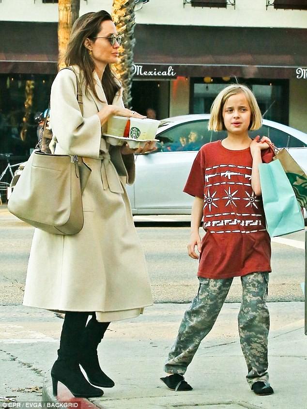 Angelina Jolie có hàng trăm tỷ, nhưng con gái cô lại mặc đồ giản dị và tự xách đồ khi mua sắm - Ảnh 3.