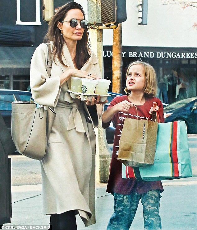 Angelina Jolie có hàng trăm tỷ, nhưng con gái cô lại mặc đồ giản dị và tự xách đồ khi mua sắm - Ảnh 7.