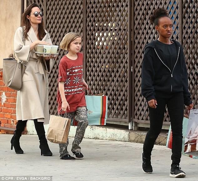 Angelina Jolie có hàng trăm tỷ, nhưng con gái cô lại mặc đồ giản dị và tự xách đồ khi mua sắm - Ảnh 4.