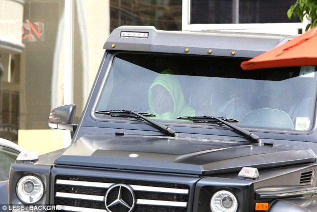 Chia tay Selena Gomez, Justin Bieber ôm mặt rầu rĩ nhưng vẫn mặc quần tụt lộ cả mông - Ảnh 1.