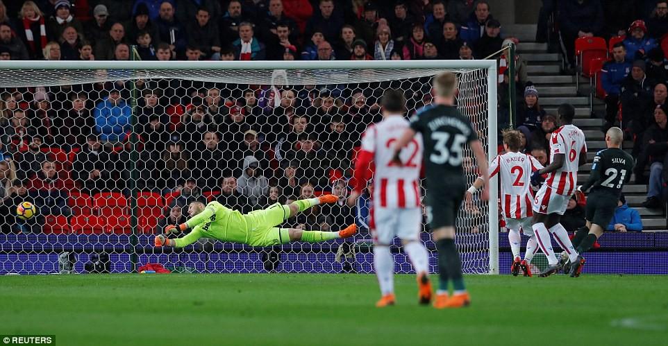 David Silva lập cú đúp, Man City hơn Man Utd tới 16 điểm - Ảnh 5.