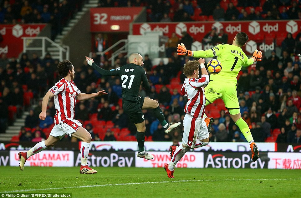 David Silva lập cú đúp, Man City hơn Man Utd tới 16 điểm - Ảnh 9.