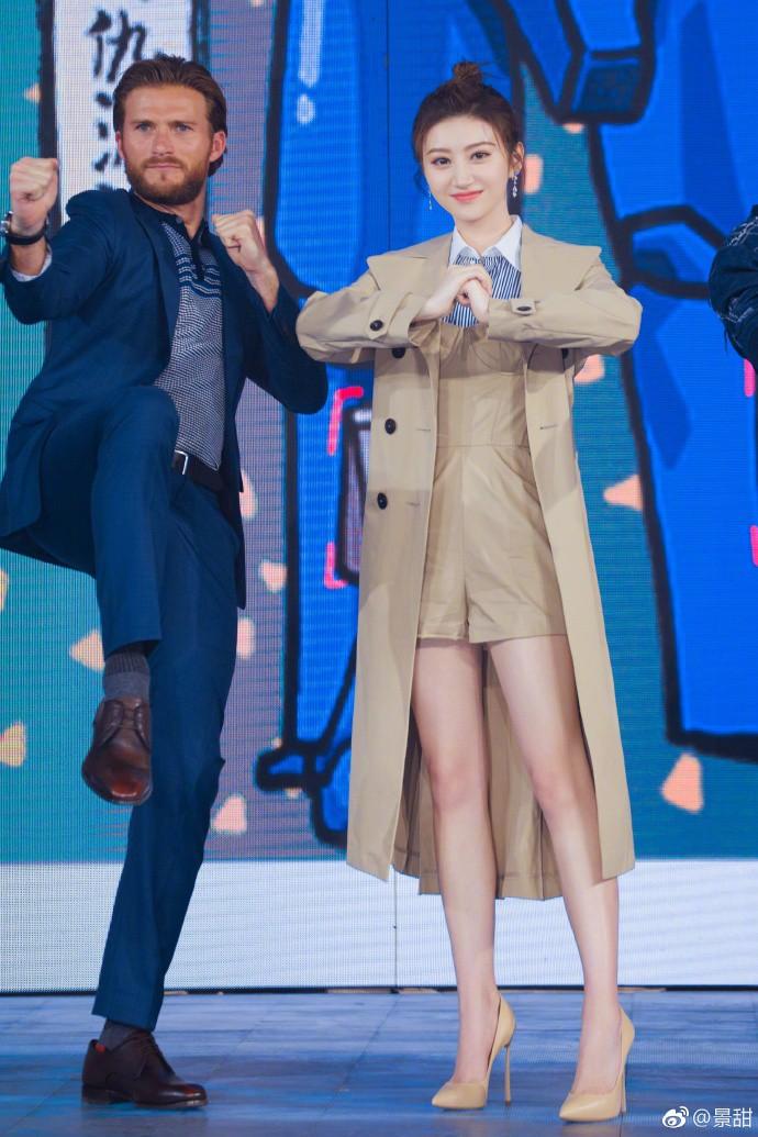"""Dắt tay nhau diện """"áo xấu"""", Song Hye Kyo và Cảnh Điềm đều trở nên nhạt nhòa khó đỡ - Ảnh 2."""