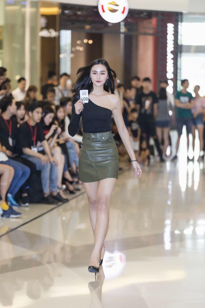 Mẫu 13 tuổi catwalk ấn tượng gây sốt, xuất hiện thí sinh giống Hoàng Thùy tại buổi casting VIFW Xuân/Hè 2018 - Ảnh 9.