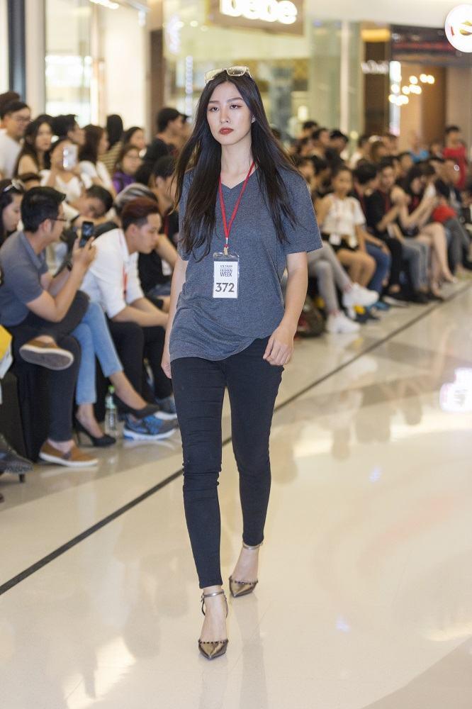 Mẫu 13 tuổi catwalk ấn tượng gây sốt, xuất hiện thí sinh giống Hoàng Thùy tại buổi casting VIFW Xuân/Hè 2018 - Ảnh 10.