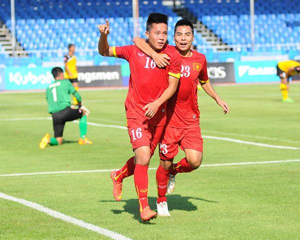 MC Thành Trung đối đầu tiền đạo U23 Việt Nam trên sân phủi Hà Nội - Ảnh 2.