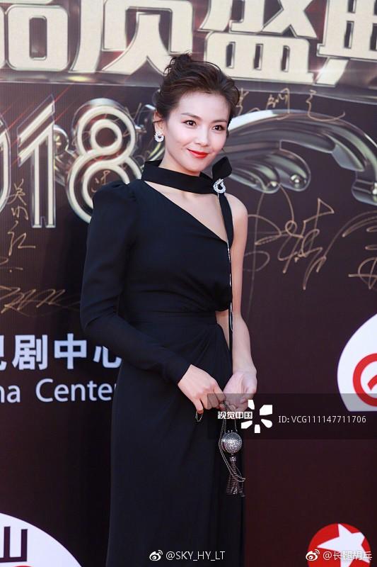 Thảm đỏ hot nhất Cbiz hôm nay: Dương Mịch đè bẹp dàn mỹ nhân, bạn gái Luhan hot vì... thời trang khó hiểu - Ảnh 12.