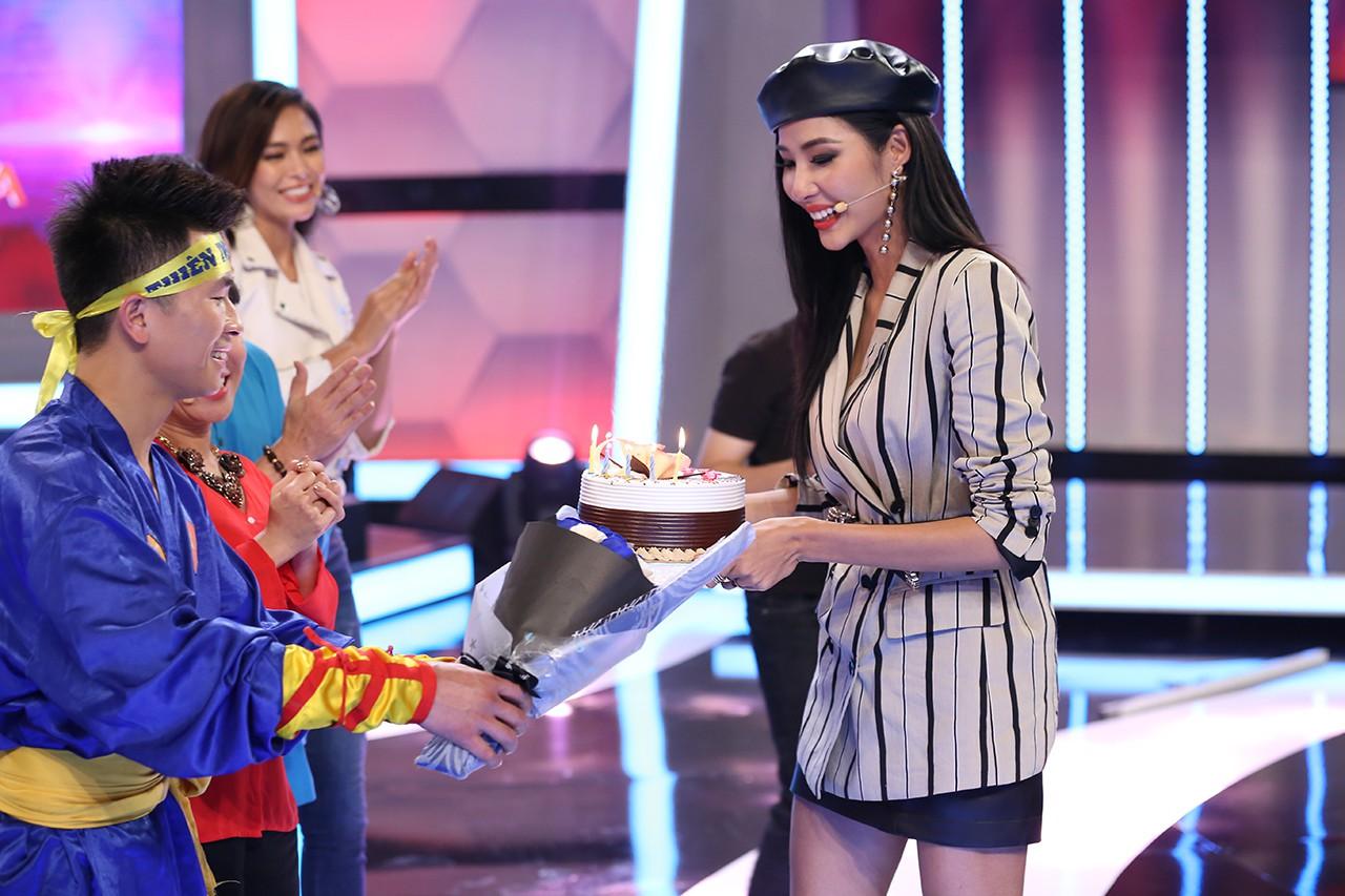Á hậu Hoàng Thùy bất ngờ được Hoài Linh - Việt Hương tổ chức sinh nhật - Ảnh 3.