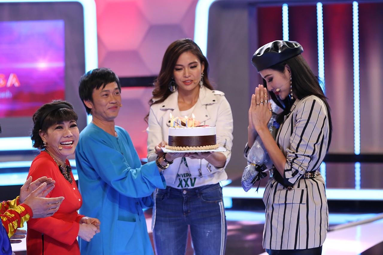 Á hậu Hoàng Thùy bất ngờ được Hoài Linh - Việt Hương tổ chức sinh nhật - Ảnh 4.