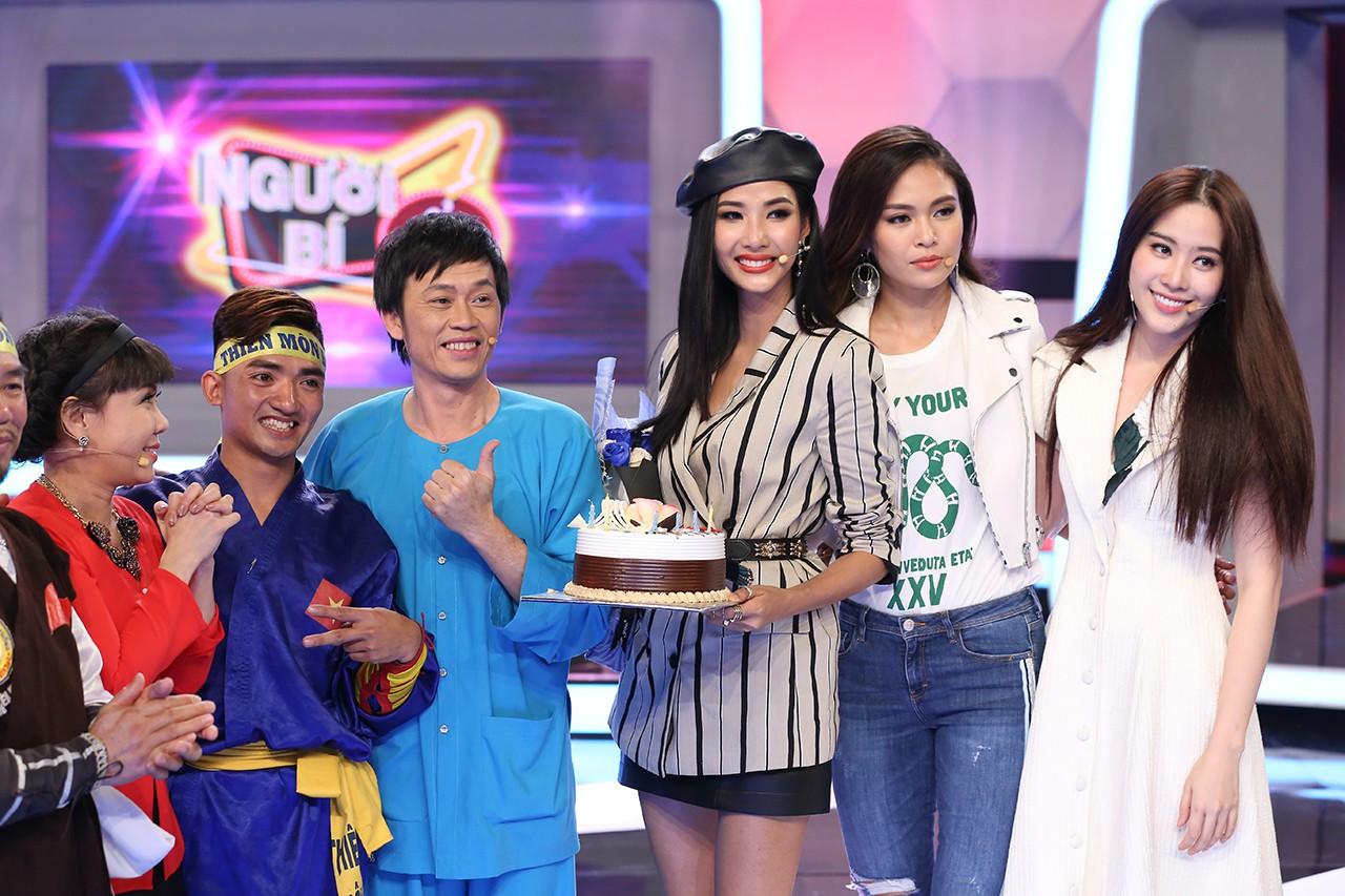Á hậu Hoàng Thùy bất ngờ được Hoài Linh - Việt Hương tổ chức sinh nhật - Ảnh 6.