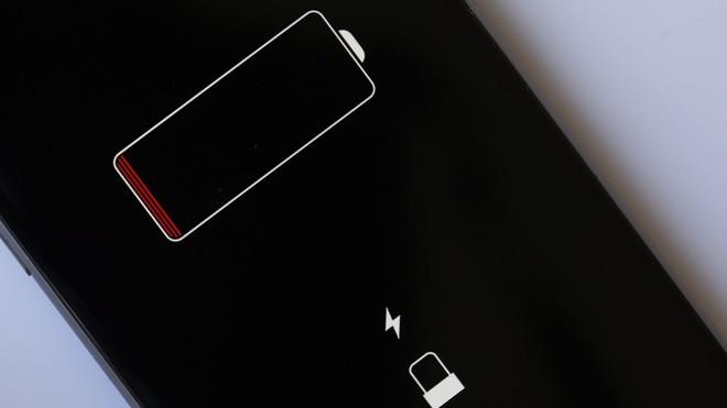 Chuyên gia công nghệ cho biết tính năng sạc không dây mới của iPhone đã khiến pin chai nhanh hơn bình thường - Ảnh 1.