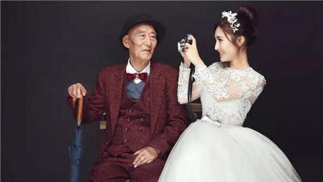 Thấy bức ảnh cô dâu xinh xắn với chú rể U90 chống gậy, ai cũng ngạc nhiên nhưng sự thật phía sau ngọt ngào lắm - Ảnh 1.