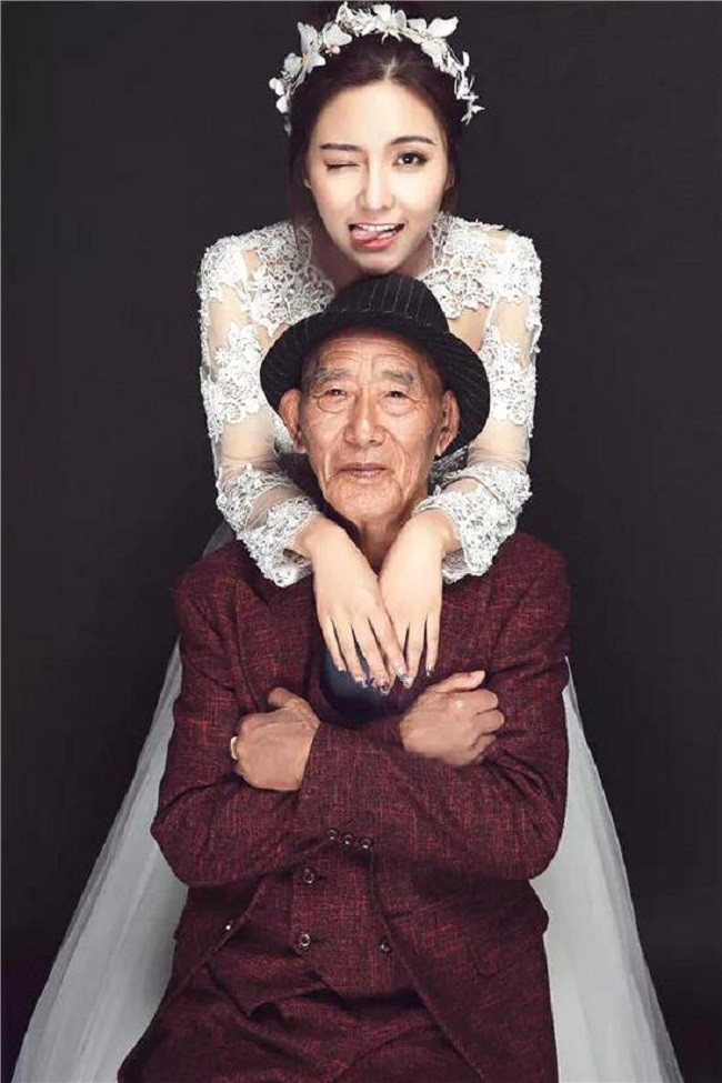 Thấy bức ảnh cô dâu xinh xắn với chú rể U90 chống gậy, ai cũng ngạc nhiên nhưng sự thật phía sau ngọt ngào lắm - Ảnh 2.
