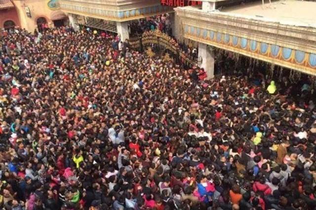 Vừa thông báo mở cửa miễn phí cho phụ nữ, công viên giải trí phải lập tức đóng cửa vì hàng chục ngàn người chen lấn - Ảnh 2.