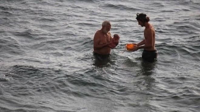 Khoảnh khắc tuyệt vời khi mẹ bầu người Nga trầm mình xuống biển để sinh con - Ảnh 1.