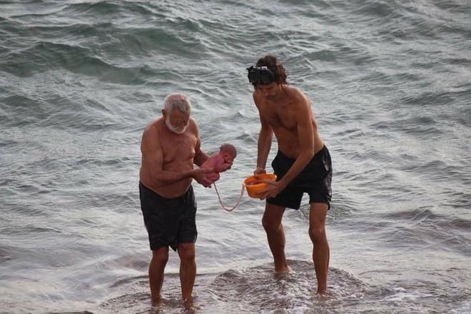 Khoảnh khắc tuyệt vời khi mẹ bầu người Nga trầm mình xuống biển để sinh con - Ảnh 3.