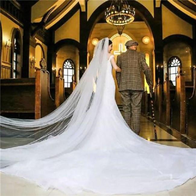 Thấy bức ảnh cô dâu xinh xắn với chú rể U90 chống gậy, ai cũng ngạc nhiên nhưng sự thật phía sau ngọt ngào lắm - Ảnh 4.