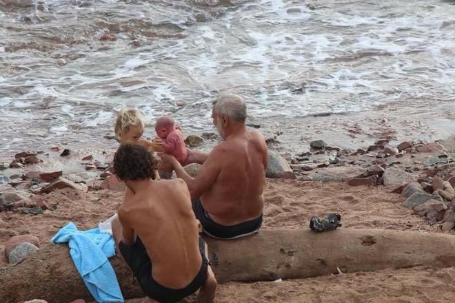Khoảnh khắc tuyệt vời khi mẹ bầu người Nga trầm mình xuống biển để sinh con - Ảnh 6.