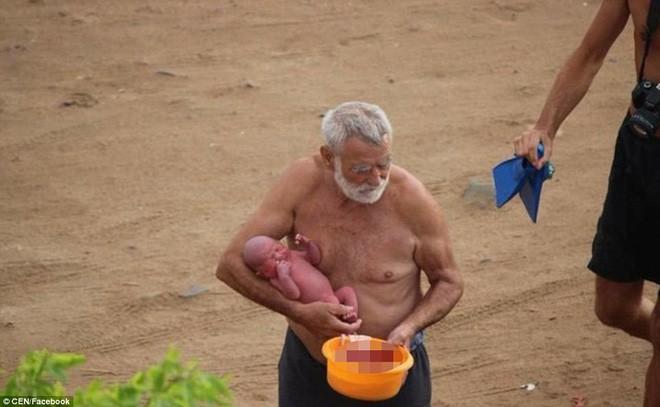 Khoảnh khắc tuyệt vời khi mẹ bầu người Nga trầm mình xuống biển để sinh con - Ảnh 7.