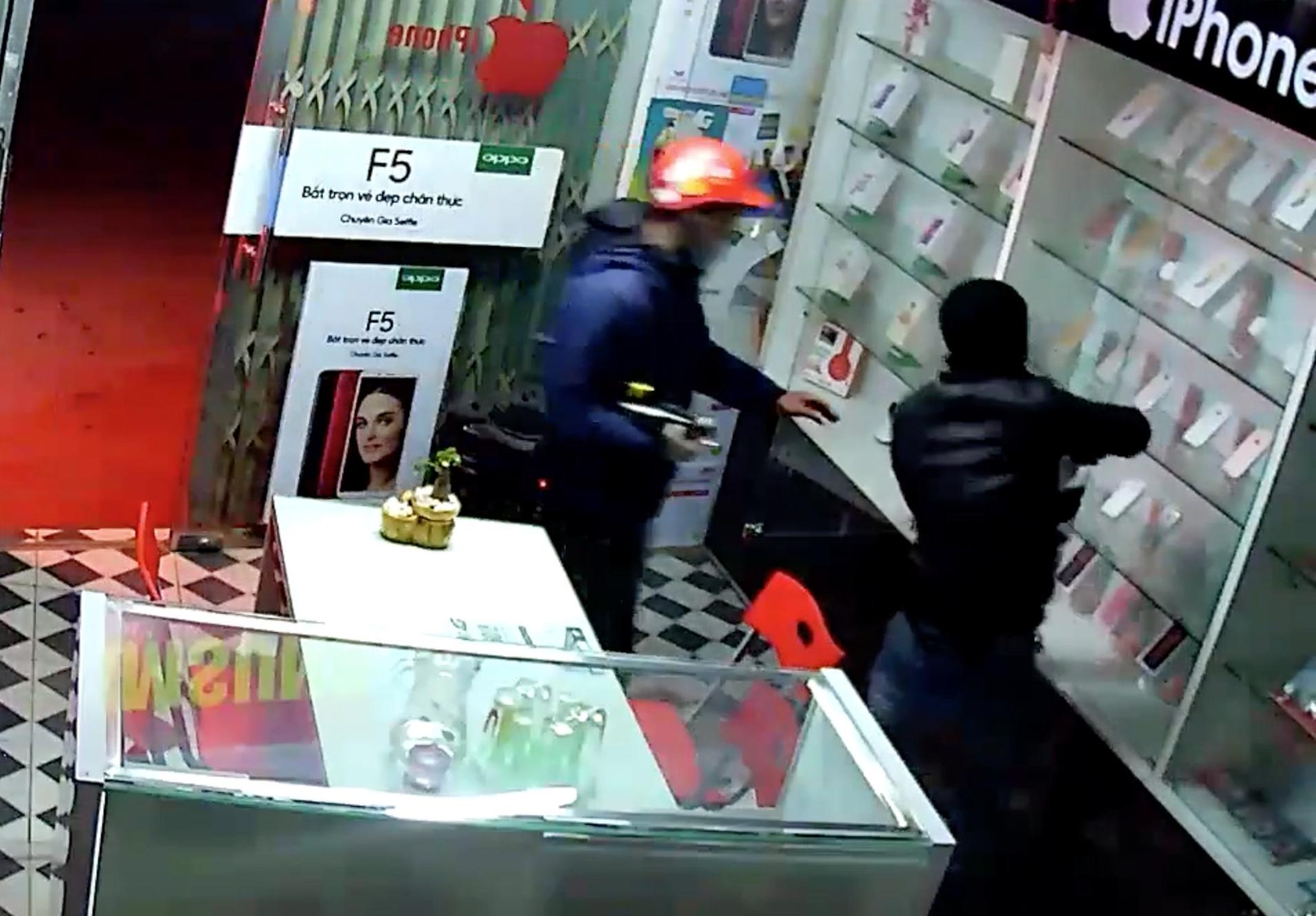 Clip: 2 kẻ trộm bẻ khóa cửa hàng điện thoại và cái kết gay cấn đến tận giây cuối cùng - Ảnh 2.