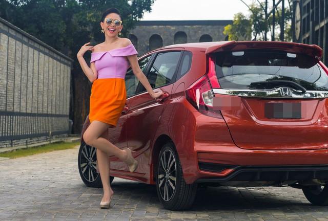Kính vàng, áo hồng, váy da cam đứng cạnh xe đỏ, cả mùa hè dường như hội tụ trong bức ảnh mới của Tóc Tiên - Ảnh 1.