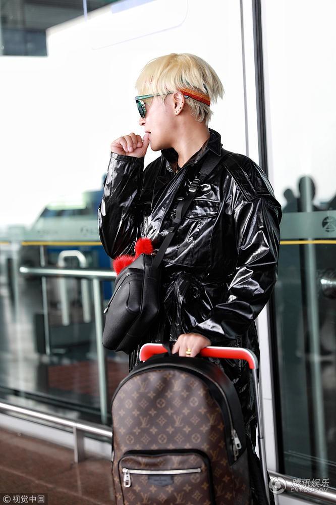 Tiếp tục câu fame bằng phong cách khó hiểu, Nhĩ Thái Trần Chí Bằng bị ví như mặc túi rác lên người - Ảnh 1.