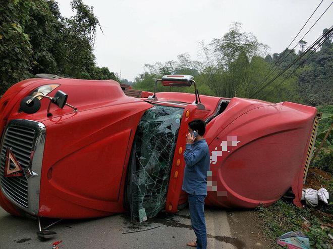 Lào Cai: Xe đầu kéo lật ngang đè lên xe máy, thai phụ may mắn thoát chết trong gang tấc - Ảnh 1.