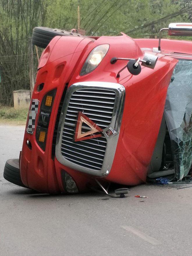 Lào Cai: Xe đầu kéo lật ngang đè lên xe máy, thai phụ may mắn thoát chết trong gang tấc - Ảnh 2.