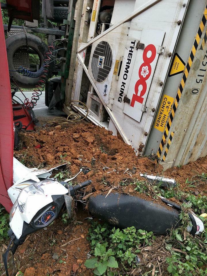Lào Cai: Xe đầu kéo lật ngang đè lên xe máy, thai phụ may mắn thoát chết trong gang tấc - Ảnh 3.