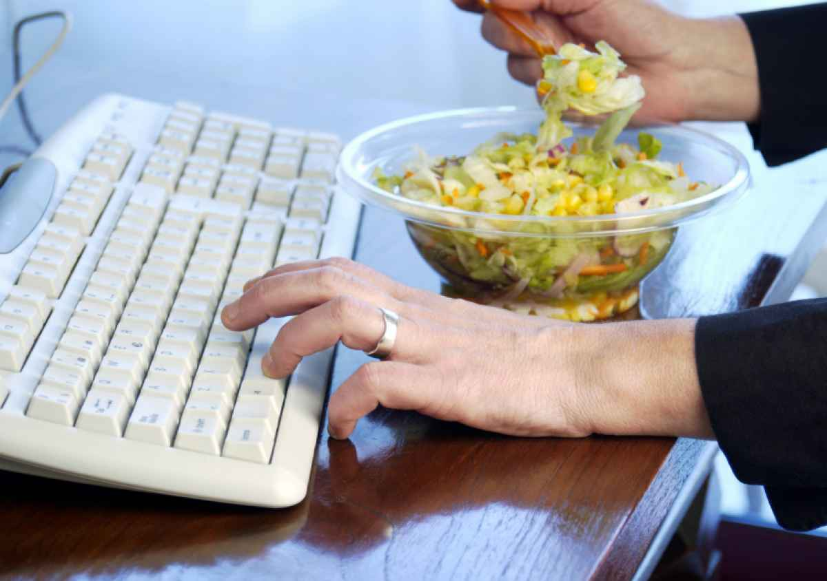5 thói quen xấu mà dân văn phòng thường hay mắc phải gây ảnh hưởng không tốt tới sức khỏe - Ảnh 3.