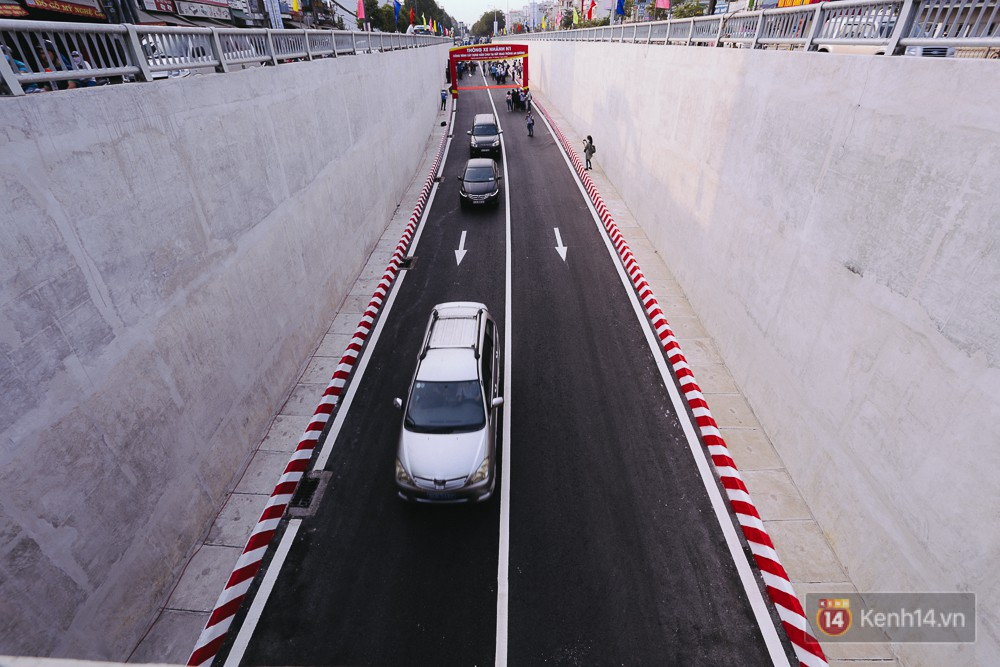 Các ô tô thoải mái di chuyển qua hầm chui mà không lo kẹt xe vào giờ cao điểm.