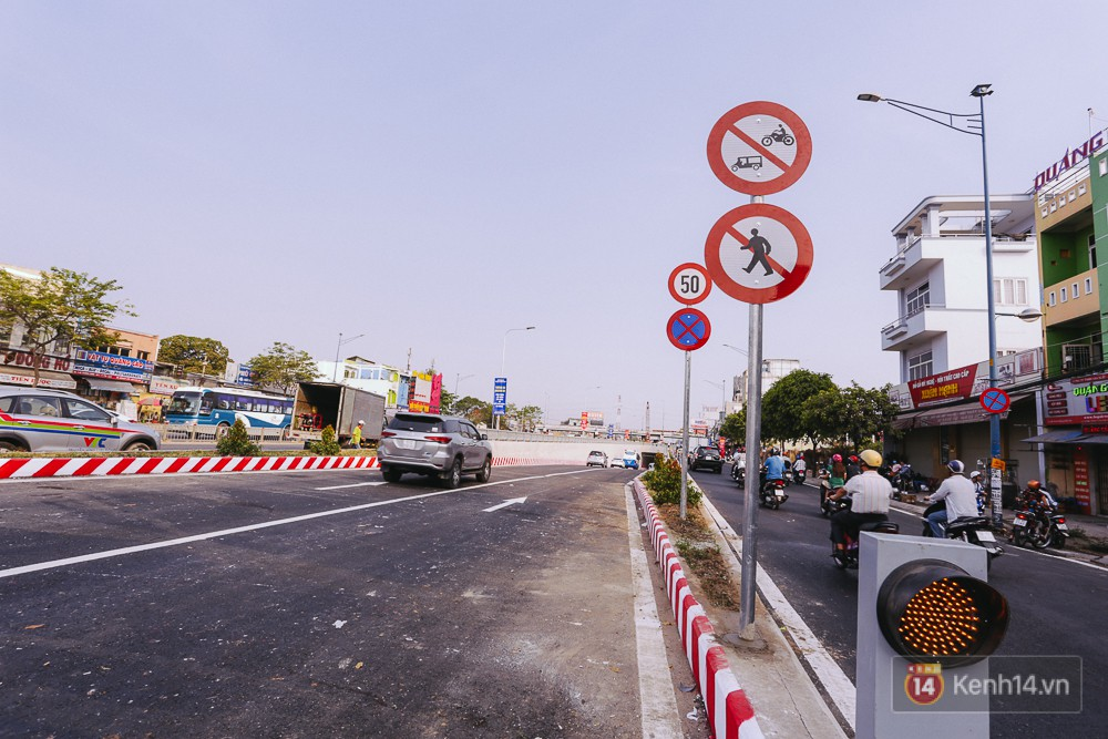 Tốc độ tối đa cho phép là 50km/h và cấm người đi bộ, xe 2 và 3 bánh đi qua hầm.