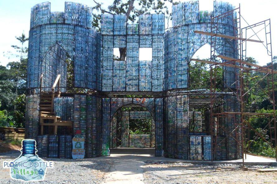 Đột nhập những ngôi nhà cực chất cực xinh làm từ vỏ chai nhựa, Việt Nam cũng có một cái ở ngay Hà Nội - Ảnh 1.