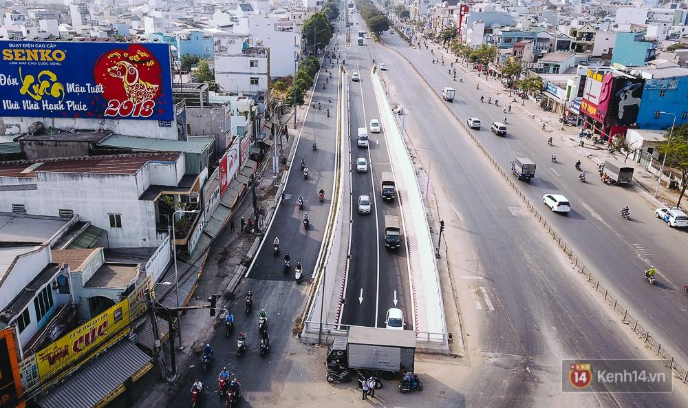 Nhánh hầm chui N1 được thông xe, những chiếc ô tô đầu tiên từ hướng Trường Chinh đi qua hầm về Quốc lộ 22.