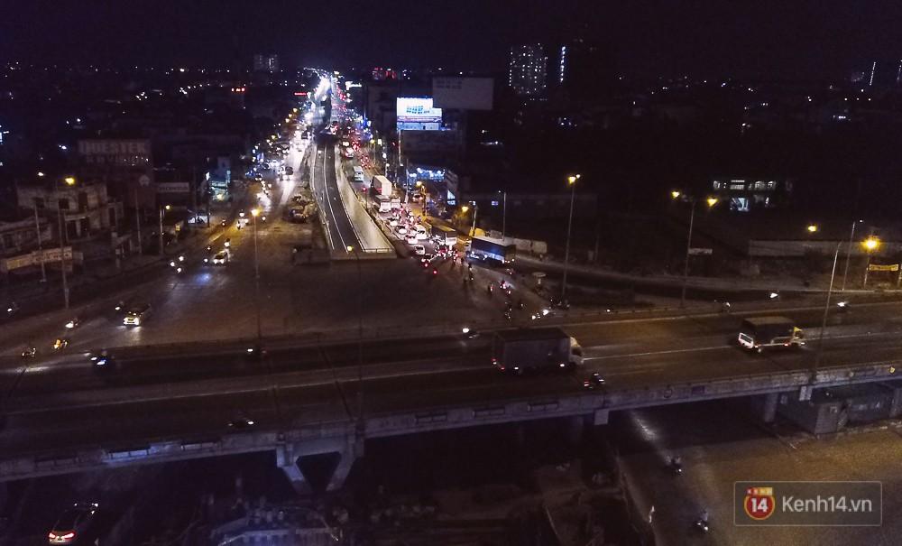 Nút giao thông 3 tầng vào ban đêm nhìn từ trên cao.