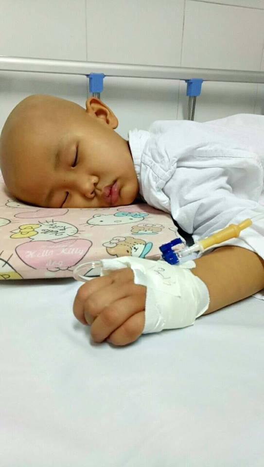 """Xúc động câu nói """"con sẽ khỏe mạnh"""" của bé gái 4 tuổi mắc bệnh ung thư - Ảnh 1."""