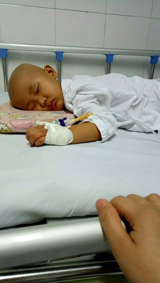 """Xúc động câu nói """"con sẽ khỏe mạnh"""" của bé gái 4 tuổi mắc bệnh ung thư - Ảnh 2."""