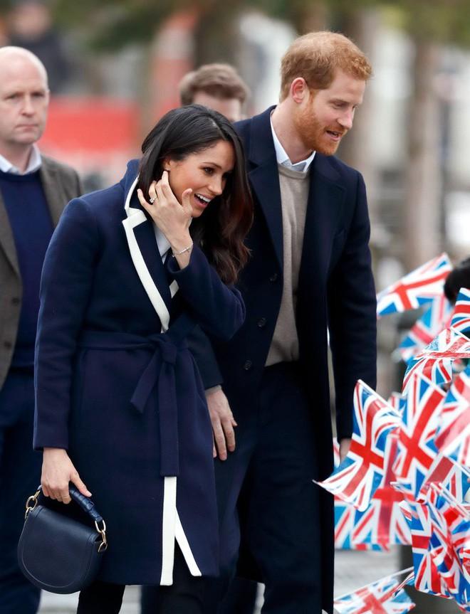 Mặc đẹp là thế nhưng hôn thê của Hoàng tử Harry lại quên một chi tiết rất nhỏ khiến tổng thể bộ đồ kém hoàn hảo - Ảnh 1.