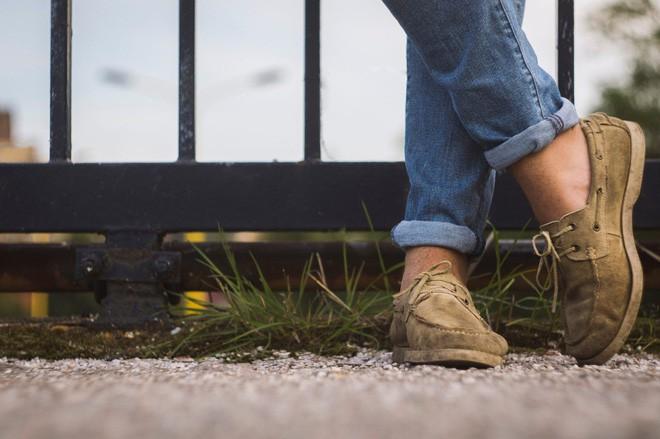 Những tác hại của việc đi giày không đi tất không phải ai cũng biết - Ảnh 1.