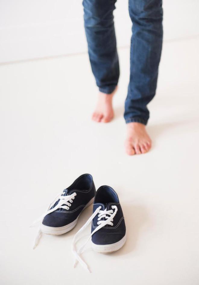 Những tác hại của việc đi giày không đi tất không phải ai cũng biết - Ảnh 2.