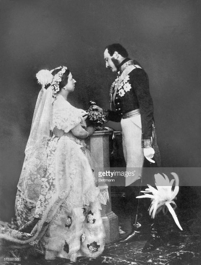 Ý nghĩa ẩn chứa đằng sau bó hoa cưới của các cô dâu Hoàng gia Anh - Ảnh 1.