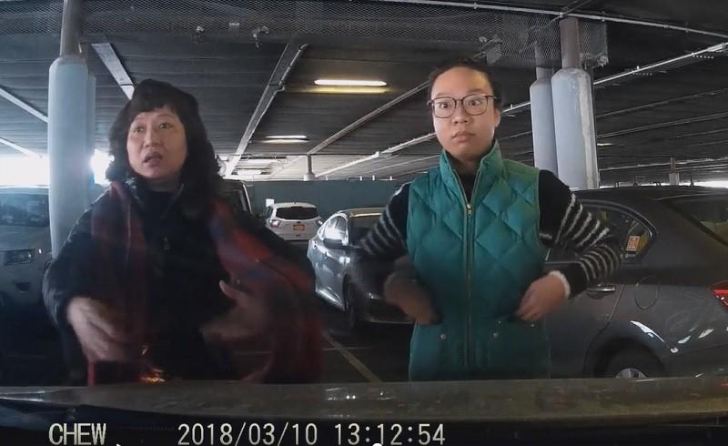 Cư dân mạng phẫn nộ trước đoạn video ba người phụ nữ Trung Quốc hiệp lực chặn ô tô, xí chỗ của người khác trong bãi đậu xe - Ảnh 2.